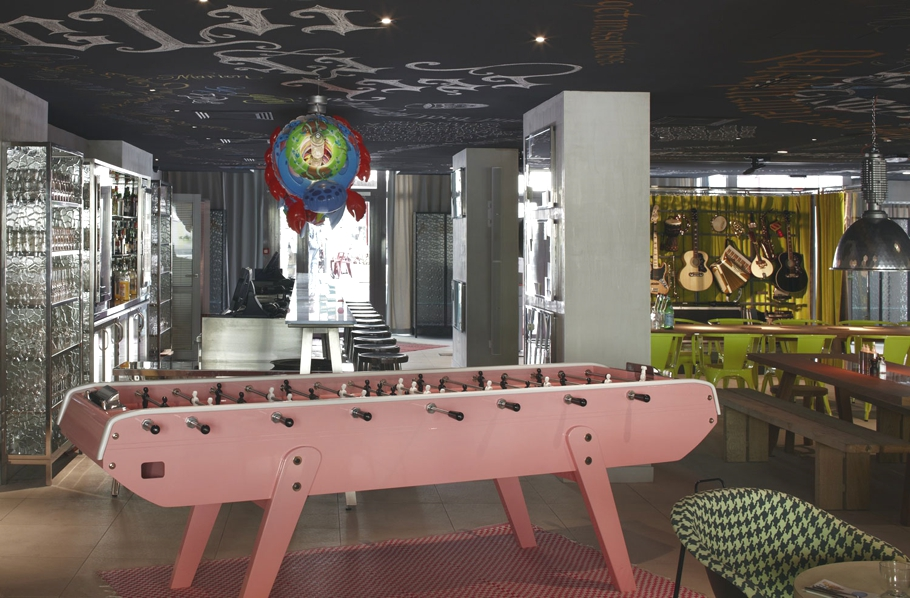 The eccentric mama shelter hotel by philippe starck for Hotel design france