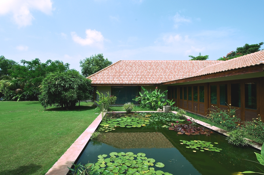 Sustainable design at tropical house gujarat india adelto adelto for Architecture design for home in india free