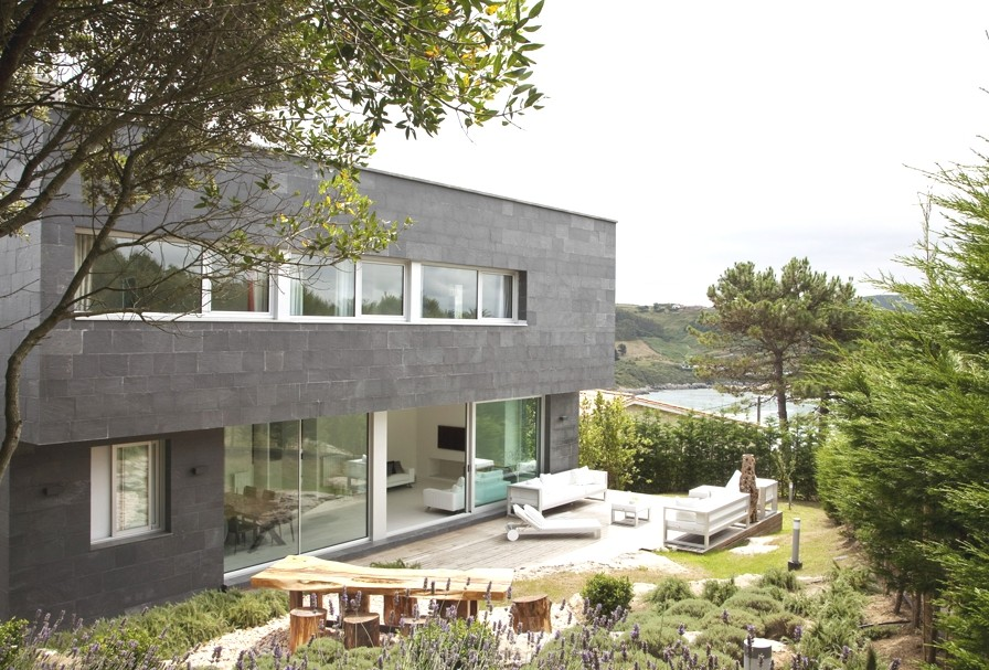 Contemporary-Spanish-home-Santander-Adelto-00