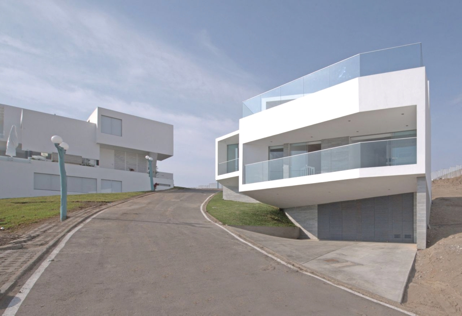 Modern home with cliff top views peru adelto adelto for Casa minimalista lima