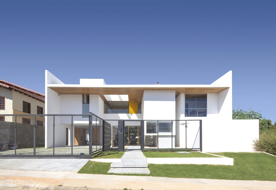 Contemporary-Modern-Homes-Brazil-Adelto-01